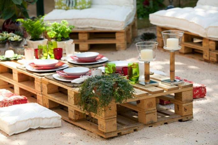 mesas hechos con palets super bonitas y originales, mesa baja de palets para un jardín en estilo mediterraneo, fotos de jardines decoados
