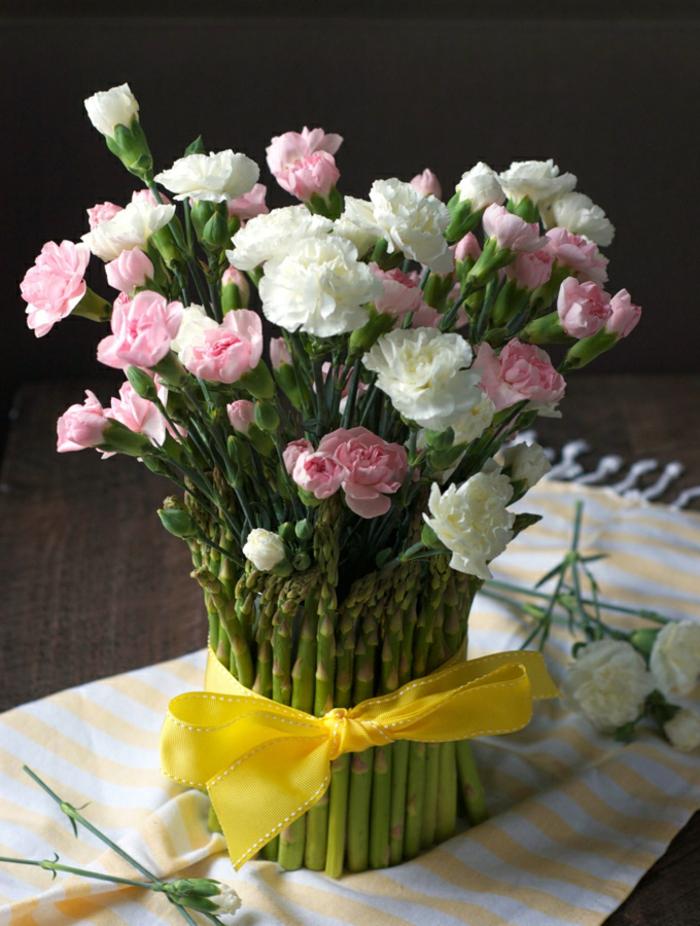 ramo de flores adornado de esparragos, originales ideas sobre que regalar a una madre, fotos de regalos caseros originales