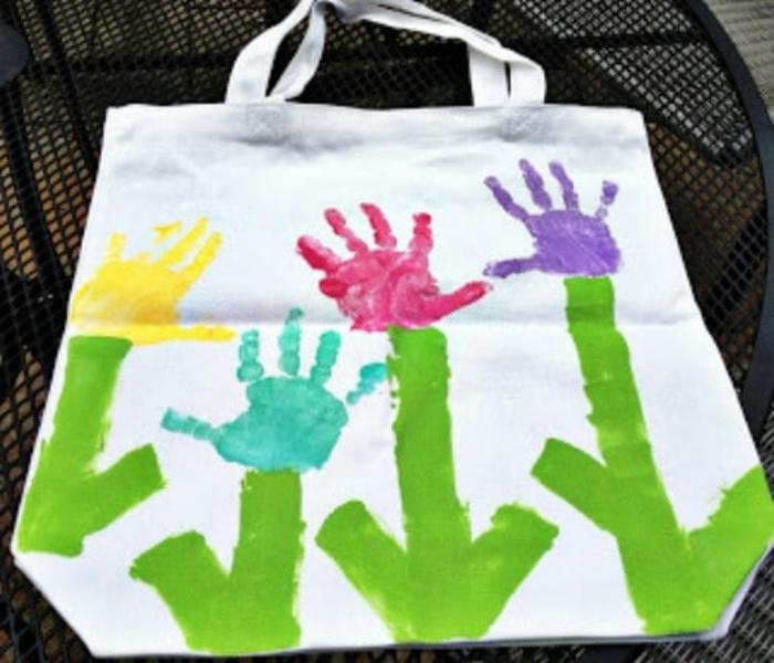 tote bag con dibujos infantiles, dibujos de flechas y huellas de mano en pintura, ideas de manualidades originales