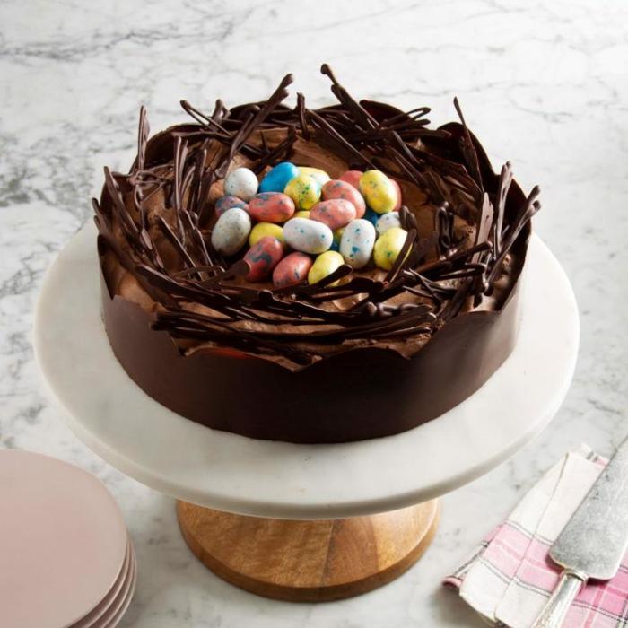 ideas de postres faciles y rapidos de hacer en casa, recetas paso a paso, tarta de chocolate decorada con huevos coloridos de azucar