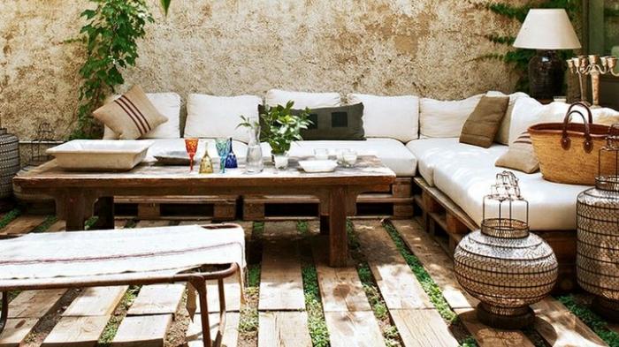como decorararun rincon de la jardin con muebles de palets, sofas hechos con palets, fotos de jardines bontios con recilaje