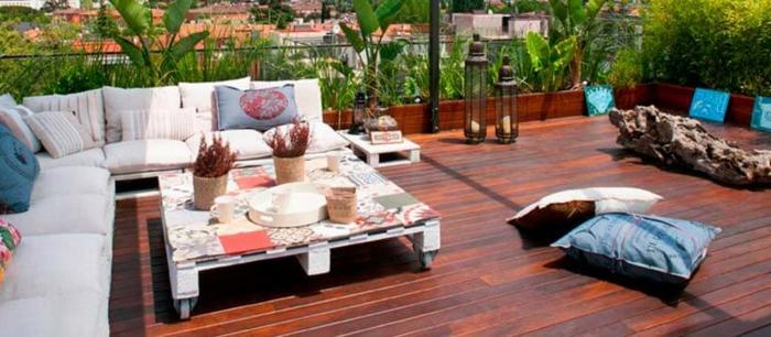 mesas hechas con palets y sofas de palets, ideas para decorar el jardin o la terraza con muebles de recicjlaje, sofas hechos con palets