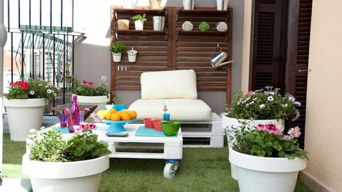 fantasticas ideas sobre como decorar la terraza, mesa de palets con ruedas, ideas DIY para decorar el jardin en bonitas fotos