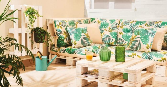 como decorar la terraza para un ambiente acogedor y alegre, sofa y mesa pequeña hechos de palets, ideas con palets