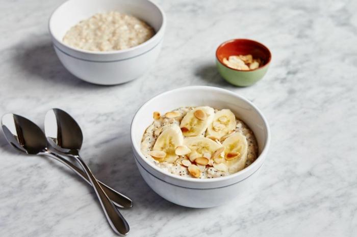 cereales para desayuno, ideas de comidas ricas y nutritivas para empezar el dia, copos de avena con chia, platanos