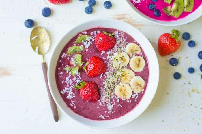 yogur von arandanos, kiwi, ralladura de coco, platanos y chia, desayunos saludables para conseguir una vida sana y equilibrada
