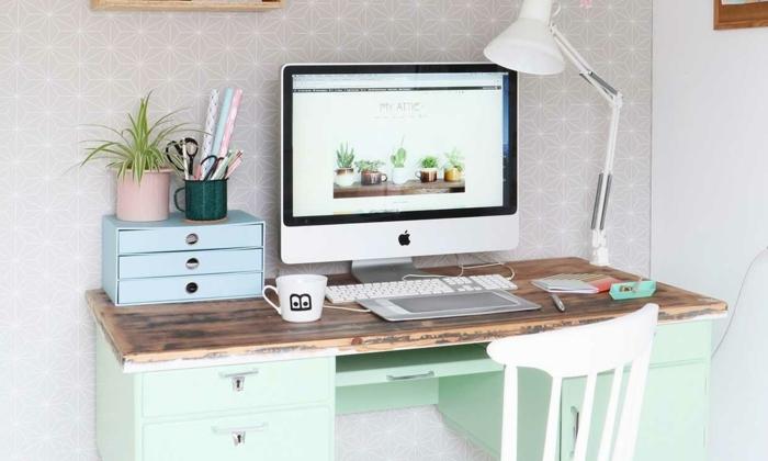 escritorio en estilo rustuco en color verde menta con encimera de madera, despacho en casa con paredes papel pintado