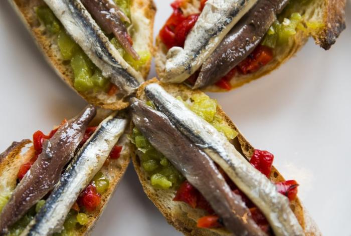 tostadas con anchoa, ideas de pinchos faciles y originales para comer en verano, mas de 90 ideas de pinchos caseros