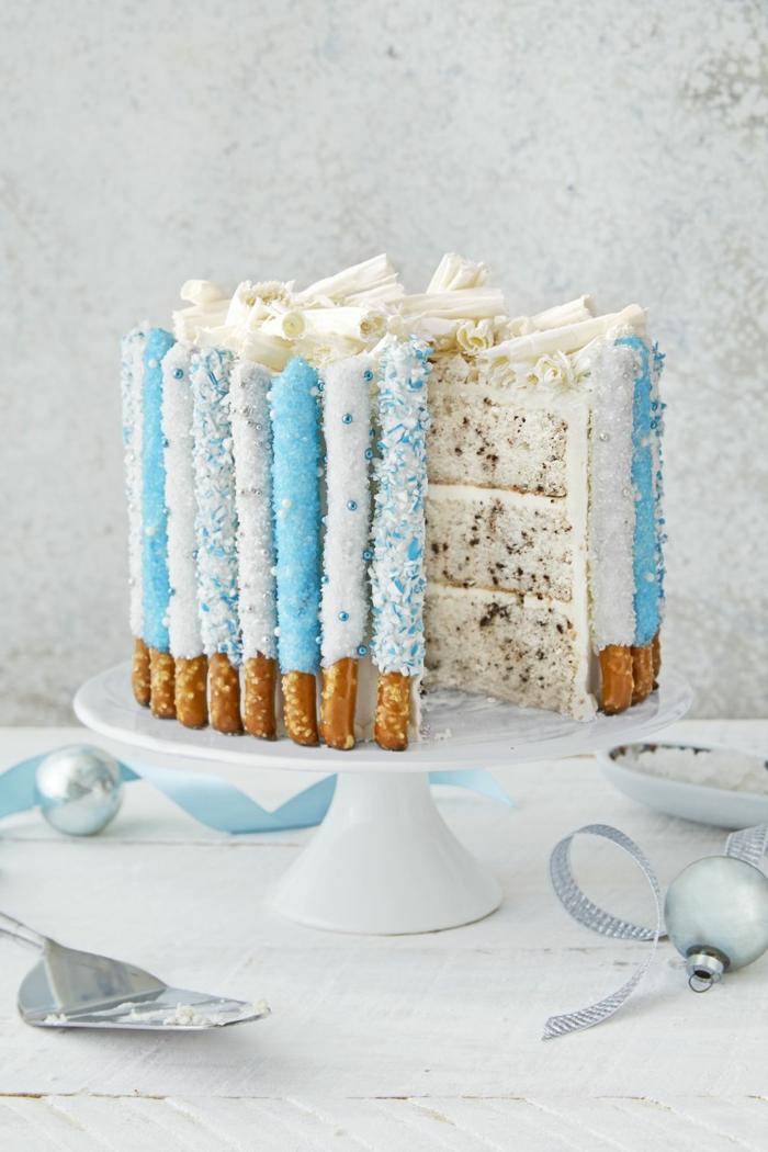 preciosas propuestas de tartas decoradas con originalidad, tarta con pretzels y caramelo blanco, tartas de cumpleaños originales