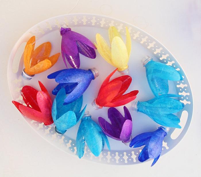 bonitas lamparas hechas de botellas recicladas pintadas en colores vibrantes, manualidades con botellas de plastico para niños y adultos