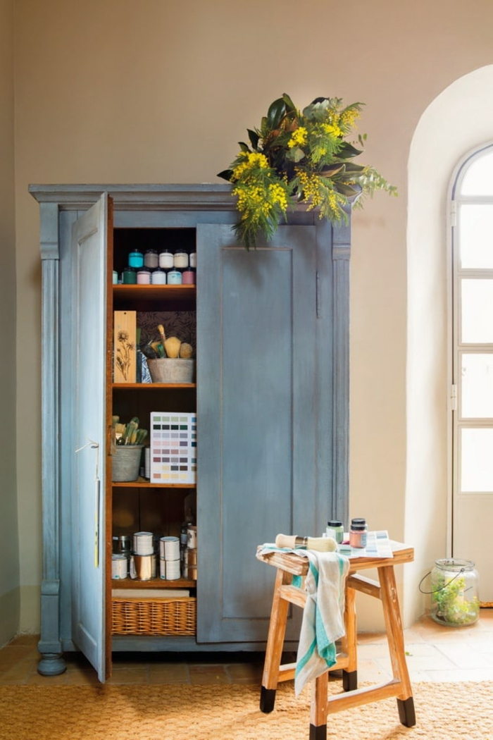 armario pintado en azul claro con pintura de tiza, muebles pintados a la tiza, ideas para decorar el salon, muebles bonitos