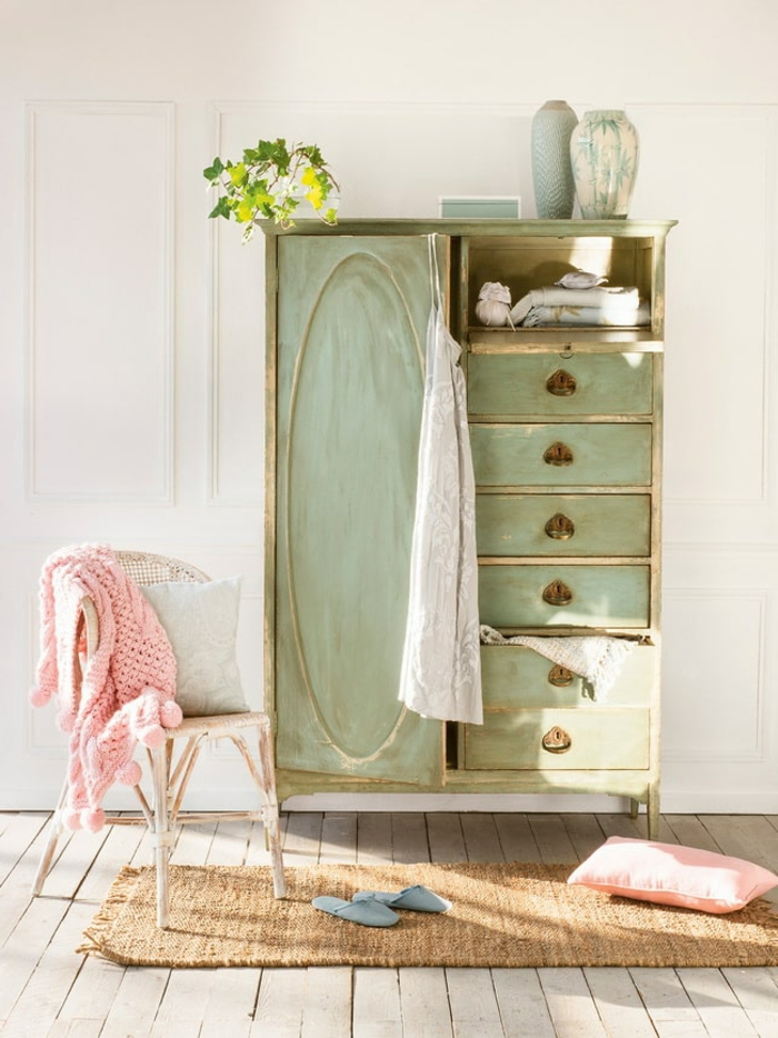 preciosos ejemplos de muebles pintados a la tiza, armario viejo pintado en verde claro con pintura a la tiza, ideas para amueblar una casa