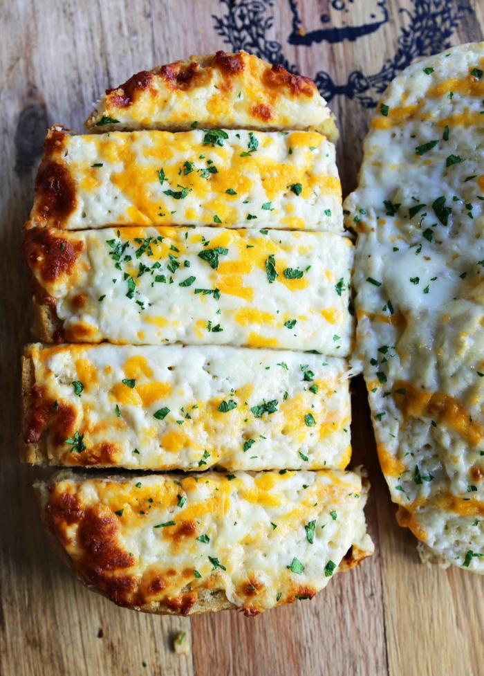 apetitoso pan con relleno de ajo y quesos, receta de pan casero esponjoso con relleno, ideas de recetas ricas y faicles