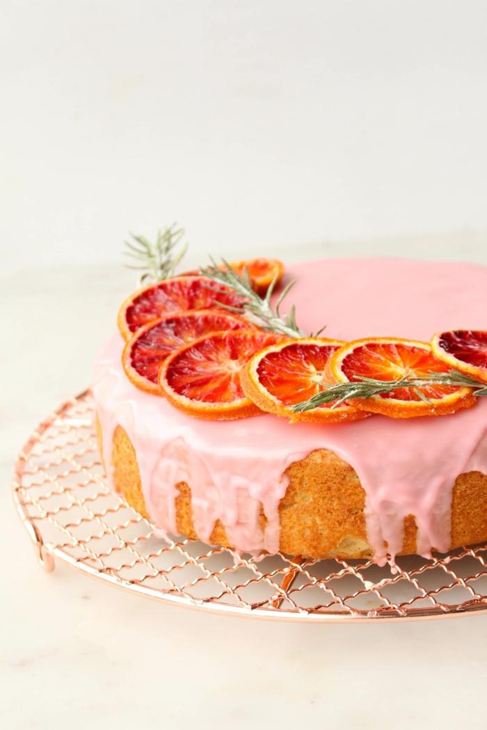 como decorar una tarta, ideas de tartas decoradas con glaseado blanco, tarta decorada con naranjas rojas, tartas de cumpleaños originales