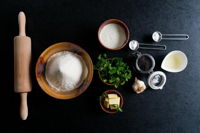 ingredientes necesarios para hacer pan casero, como hacer pan casero paso a paso, mantequilla, harina, perejil, ajo, levadura