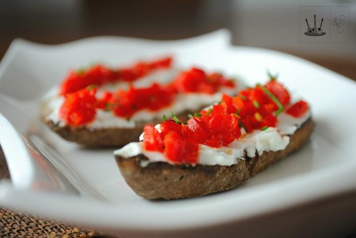 tostadas de pan integral con crema de queso y pimientos asados, ideas de comidas ricas y faciles de preparar de picoteo