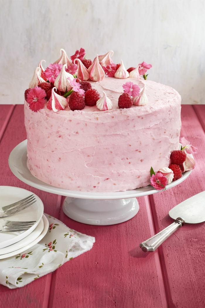 tartas de cumpleaños originales, tarta con crema de queso y frambuesas decorada con suspiros de azucar, frambuesas frescas