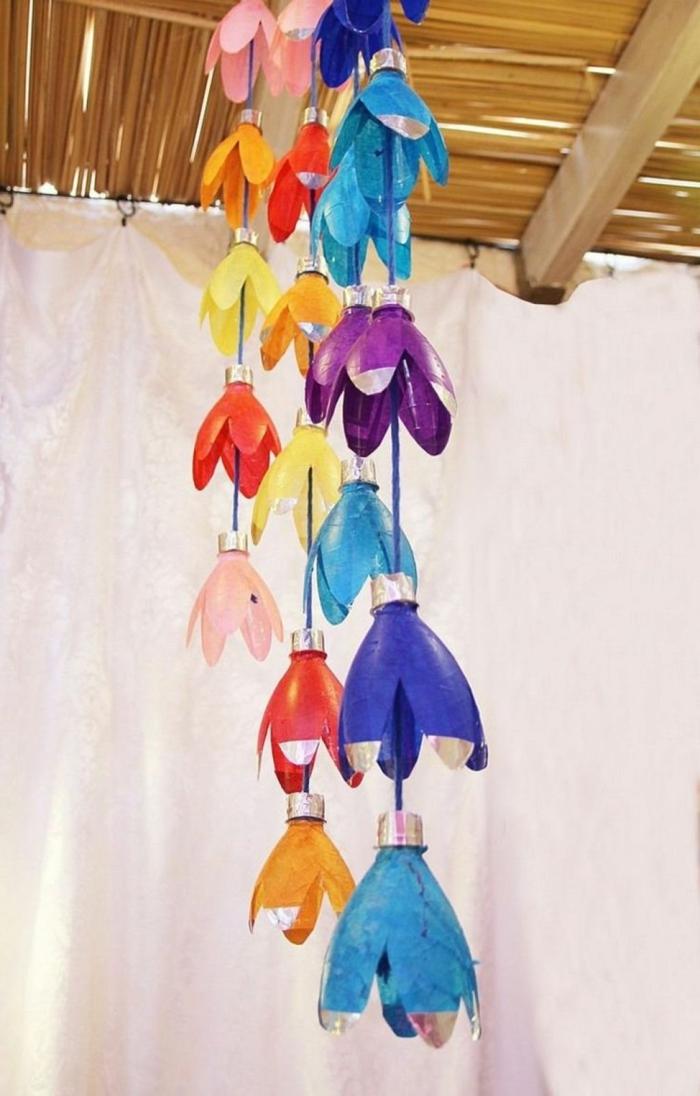 ideas de manualidades con botellas de plastico para niños y adultos, lamparas colgantes hechos de partes de botellas pintadas