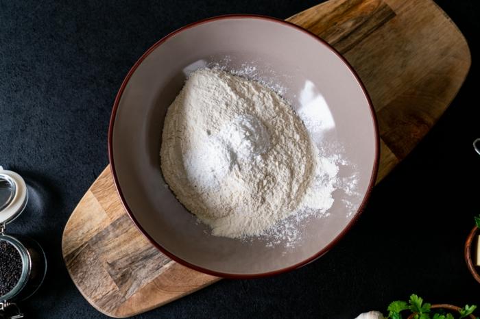 mezclar los ingredientes secos para hacer pan naan, como hacer pan casero paso a paso, ideas de recetas de pan ricas