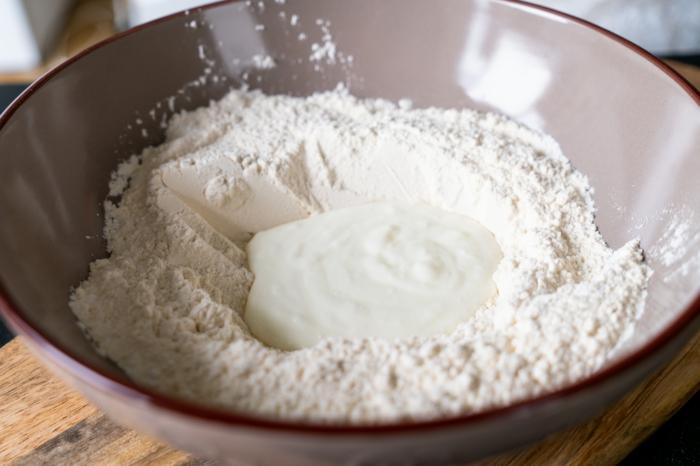 añadir el yogur a los ingredientes secos, pasos para hacer pan naan, como hacer pan casero en fotos, ideas de recetas caseras