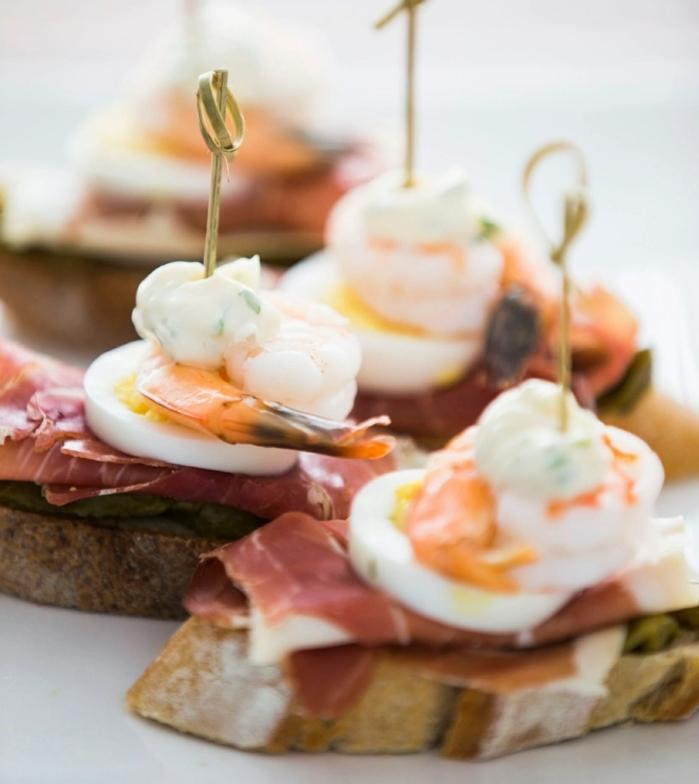 pinchos faciles con jamon y huevo, ideas de recetas de pinchos originales y saborsos, tostadas con jamon, huevo y ensaladilla
