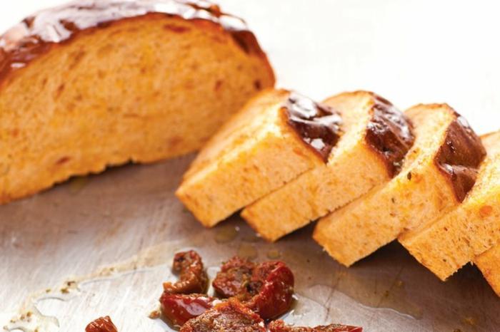 pan para desayuno con tomates secados al sol, receta de pan casero esponjoso, ideas de recetas de desayunos ricas