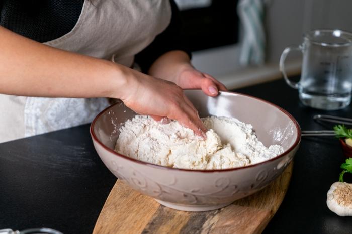mezclar los inredientes para preparar pan naan, como hacer pan casero paso a paso, fotos de recetas para preparar pan
