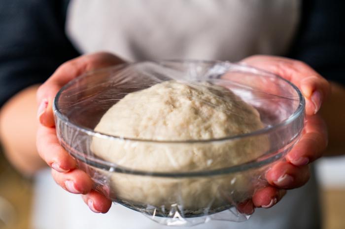 colocar el pan en un bol y cubrir con film transparente, receta pan naan indio original, ideas de recetas caseras ricas