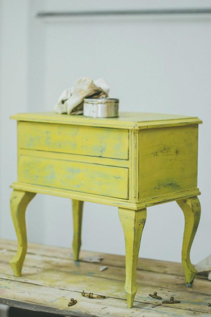 ideas para decorar muebles en bonitos colores, como pintar un mueble de madera de otro color, pequeño cofre pintado en azul