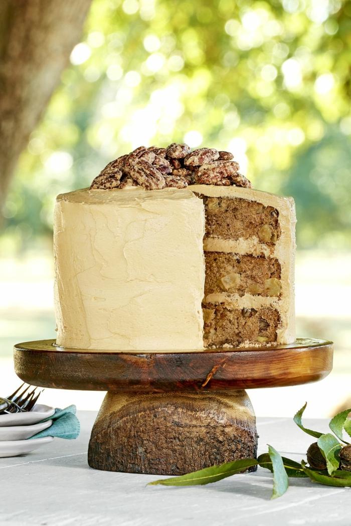 tarta con nueces decorada con nueces pecanas azucaradas, las mejores ideas de tartas de cumpleaños originales para adultos