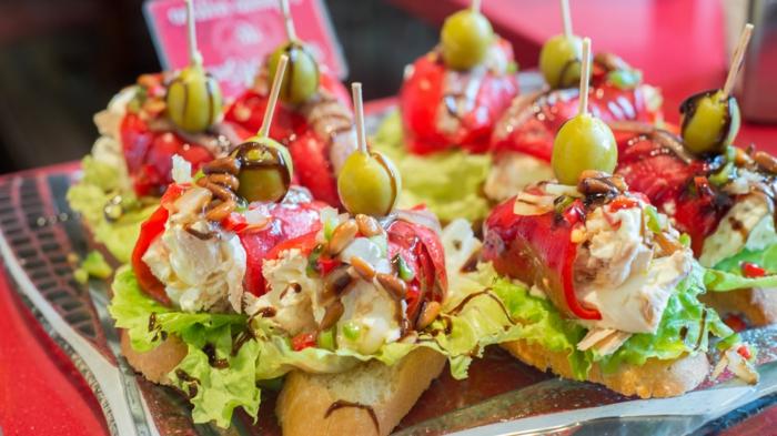 tostadas con esnsaladilla rusa y pimientos rojos asados, las mejores ideas de pinchos, aperitivos faciles y ricos en imagenes