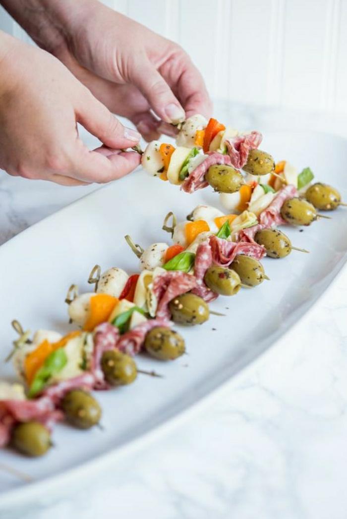 aperitivos faciles y pinchos ricos, pinchos pequeños con aceitunas verdes, chorizo, queso mozzarella, ideas de entrantes ricos