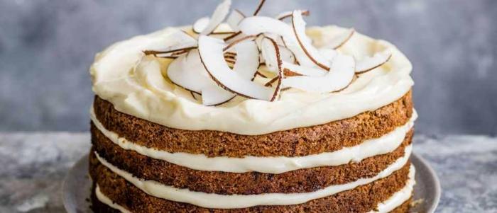 tarta de bizcocho en capas con crema de vainilla y ralladura de coco, imagenes de tartas de cumpleaños bonitas y faciles