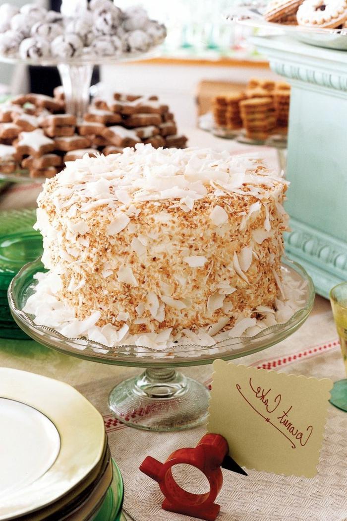 bonita tarta con glaseado blanco decorada de una manera especial, ideas de tartas originales y faciles de hacer en casa