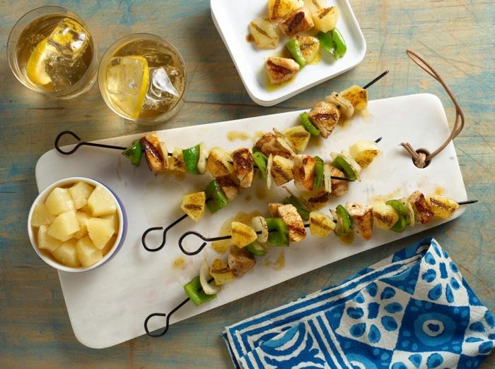 pinchos de pollo con pimientos verdes, aperitivos faciles para cenas de verano con amigos, ideas de cenas ligeras