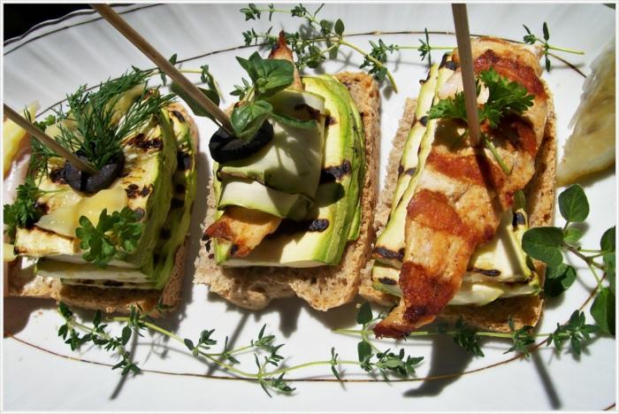 tostadas con calabacines a la parilla, aceitunas negras y enaldo, ideas para un picoteo con amigos, aperitivos para cenas