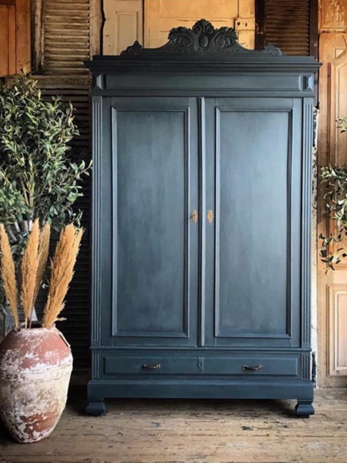 grande armario pintado en color gris oscuro, ideas para decorar la casa en estilo vintage, fotos de espacios decorados