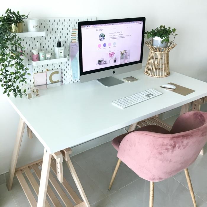 bonita oficia con silla de terciopelo color rosa, decoracion despacho, ideas para trabajr desde casa en fotos, oficinas bontias
