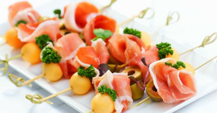 pinchos super ricos con jamon, aceitunas verdes y verduras, aperitivos faciles y elegantes, pinchos vascos en imagenes