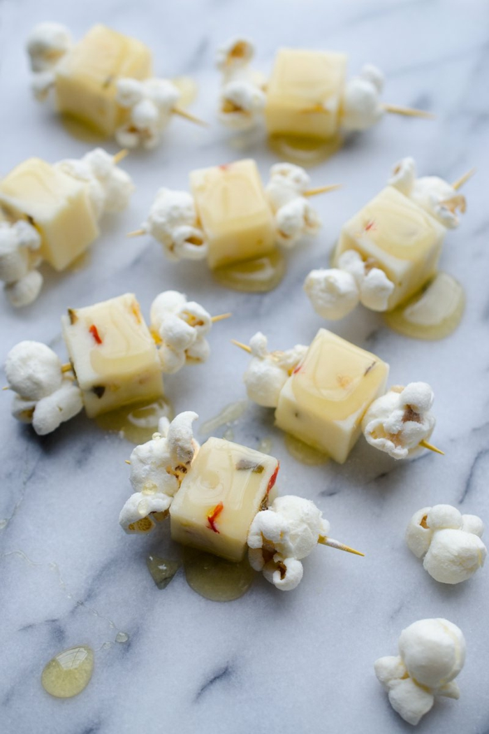 ideas de picoteo originales, palomitas con queso y miel, fotos con ideas de entrantes faciles para sorprender, fotos de cosas para picoteo