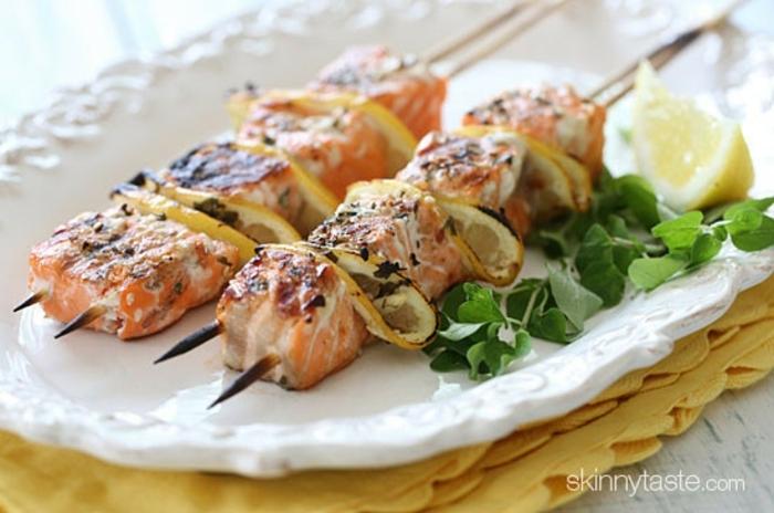 pinchos de salmón ahumado a la parrilla con limones, aperitivos faciles y elegantes, pinchos vascos, ideas de comidas verano