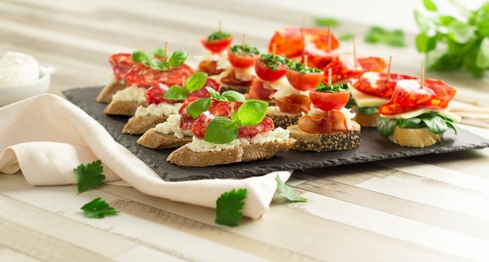 mini tostdas con queso ricotta y jamon, aperitivos faciles y elegantes, pinchos vascos, ideas de mini tostadas con chorizo