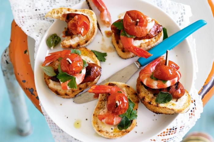 tostadas con crema de queso, salchicas, gambas y tomates cherry, ideas de pinchos faciles para sorprender a tu familia