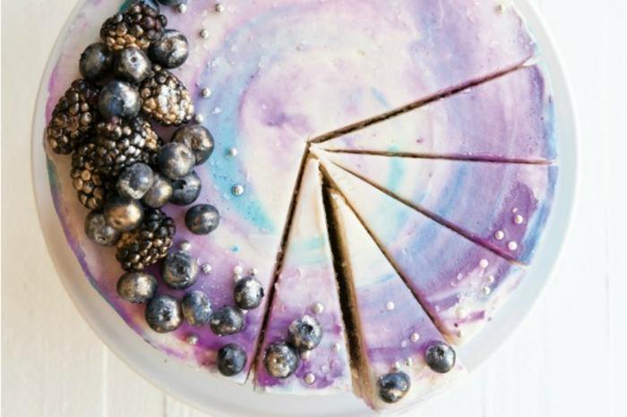 tarta original decorada con arándanos, ideas de tartas originales y faciles de hacer en casa, fotos de tartas caseras ricas