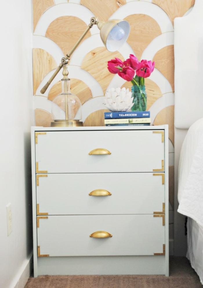 cofre pintado en blanco con detalles en dorado, fotos de habitaciones decoradas con mucho estilo, ideas de decoracion