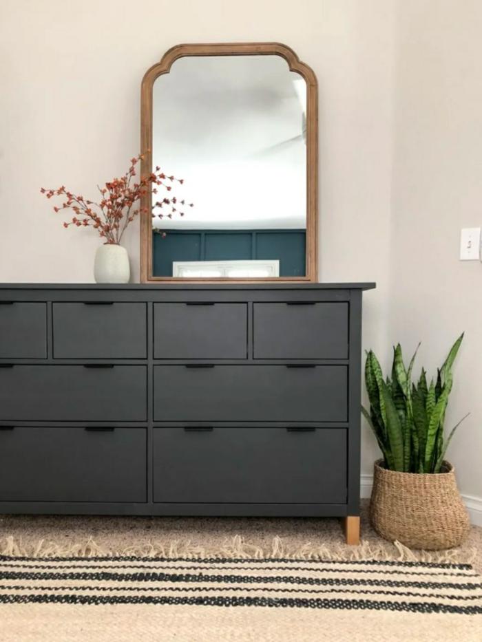 armario decorado en color gris oscuro, muebles pintados a la tiza antes y despues, ideas de espacios decorados con mucho encanto