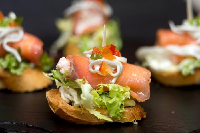 mini canapes con ensaladillas y salmon, ideas de aperitivos espectaculares y faciles, fotos de recetas casersa originales de pinchos