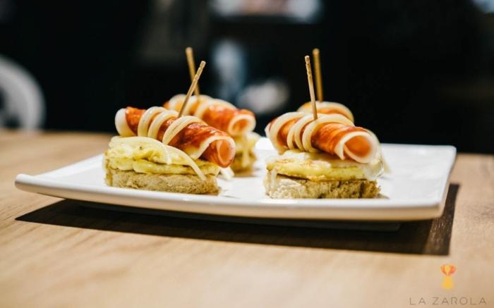 tostadas con quesos y jamon, pinchos irresistibles para una cena con amigos, aperitivos originales, canapes faciles y vistosos