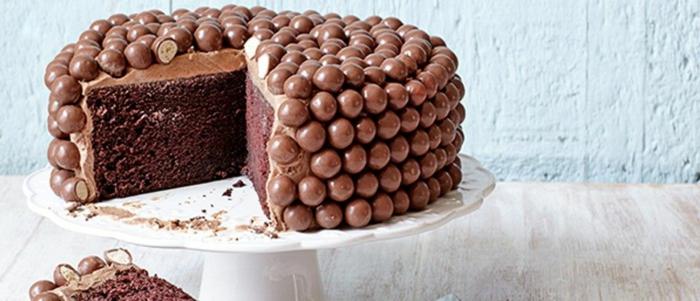 tarta de chocolate decorada con caramelos de chocolate ricos, imagenes de tartas de cumpleaños hermosas y originales