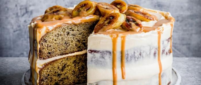 geniales ideas de tartas de cumpleaños originales para adultos, pastel con chispas de chocolate, caramelo derretido y platanos fritos